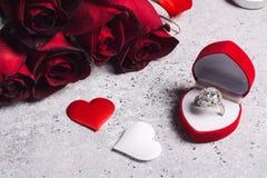 Η ημέρα βαλεντίνων με παντρεύει κιβώτιο γαμήλιων δαχτυλιδιών αρραβώνων με το κόκκινο ροδαλό δώρο Στοκ Φωτογραφίες