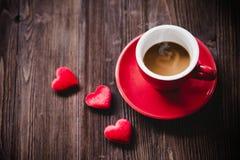 Η ημέρα βαλεντίνων με τον κόκκινο καφέ φλυτζανιών έραψε τα σύνορα σειρών καρδιών μαξιλαριών, παλαιό ξύλινο υπόβαθρο Στοκ εικόνες με δικαίωμα ελεύθερης χρήσης