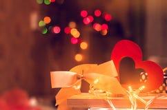 Η ημέρα βαλεντίνων ` s, ξύλινη καρδιά και υποκύπτει την έννοια της αγάπης ρωμανικός Στοκ Φωτογραφία