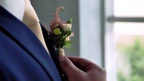 Η ημέρα γάμου μπουτονιέρων καρφιτσών νεόνυμφων ` s απόθεμα βίντεο