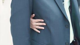 Η ημέρα γάμου, νύφη αγκαλιάζει ήπια το νεόνυμφο συνδετήρας Κινηματογράφηση σε πρώτο πλάνο γάμος Κινηματογράφηση σε πρώτο πλάνο μι απόθεμα βίντεο