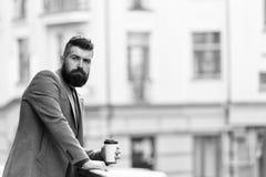 Η ημέρα που άρχισε ακριβώς Επιχειρηματίας στο ύφος hipster που κρατά το take-$l*away καφέ Hipster με το φλυτζάνι εγγράφου που περ στοκ φωτογραφίες