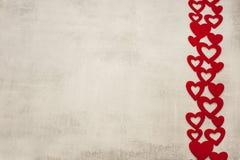 Η ημέρα στις 14 Φεβρουαρίου του βαλεντίνου είναι ένα μοντέρνο minimalistic ανοικτό γκρι υπόβαθρο τσιμέντου με μια κορδέλλα των κό στοκ φωτογραφία