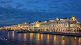 Η ημέρα χειμερινών παλατιών στη νύχτα timelapse και αποβάθρα στο ανάχωμα παλατιών το καλοκαίρι στην Άγιος-Πετρούπολη απόθεμα βίντεο