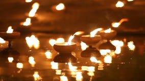 Η ημέρα puja Magha, μοναχοί ανάβει το κερί για το Βούδα,