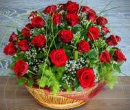 η ημερομηνία εορτασμού ανθοδεσμών ανθίζει τα κόκκινα τριαντάφυλλα μερικά Στοκ Φωτογραφίες