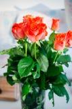 η ημερομηνία εορτασμού ανθοδεσμών ανθίζει τα κόκκινα τριαντάφυλλα μερικά στοκ φωτογραφία με δικαίωμα ελεύθερης χρήσης