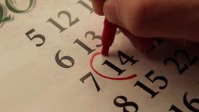 Η ημερομηνία που περιβάλλεται σε μια κόκκινη καρδιά βαλεντίνος ημέρας s φιλμ μικρού μήκους