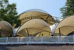Η ημικυκλική καφετιά στέγη του υφάσματος των σκηνών πίσω από το φράκτη στοκ εικόνες
