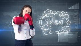 Η δημιουργική έννοια ιδεών, εγκιβωτίζοντας επιχειρηματίας που στέκεται στην πάλη θέτει στο χρωματισμένο υπόβαθρο κοντά στο οργανω Στοκ εικόνα με δικαίωμα ελεύθερης χρήσης