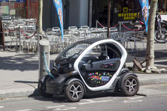 Η ηλεκτρική Renault φορτίζει την μπαταρία Στοκ φωτογραφία με δικαίωμα ελεύθερης χρήσης