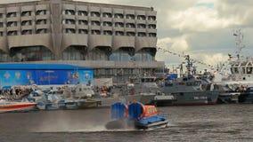 Η 8η διεθνής θαλάσσια υπεράσπιση παρουσιάζει στην Άγιος-Πετρούπολη, Ρωσία Ρωσικό hovercraft Ποσειδώνας 15 φιλμ μικρού μήκους