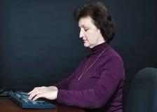 Η ηλικίας γυναίκα μπροστά από το όργανο ελέγχου Στοκ Εικόνα