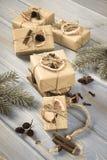 Η ηλικίας φωτογραφία, ξύλινο έλκηθρο, τύλιξε τα δώρα με τη διακόσμηση για τα Χριστούγεννα ή άλλο εορτασμό Στοκ φωτογραφίες με δικαίωμα ελεύθερης χρήσης