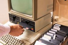 Η ηλικίας Apple Computer και δισκέτα ενθέτων χεριών μέσα Στοκ φωτογραφίες με δικαίωμα ελεύθερης χρήσης