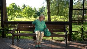 Η ηλικιωμένη γυναίκα έχει τον πόνο στην πλάτη απόθεμα βίντεο