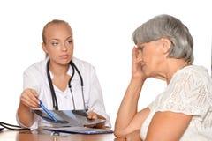 Η ηλικιωμένη γυναίκα ήρθε στο νέο γιατρό Στοκ εικόνα με δικαίωμα ελεύθερης χρήσης