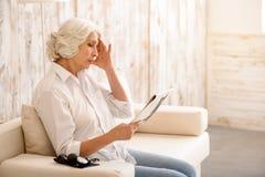 Η ηλικιωμένη γυναίκα ανακάλυψε τις κακές ειδήσεις στοκ φωτογραφία με δικαίωμα ελεύθερης χρήσης