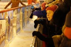 Η ηλικιωμένη γυναίκα με το ενδιαφέρον εξετάζει την αίθουσα παγοδρομίας Στοκ Εικόνα