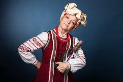 Η ηλικιωμένη γυναίκα στο ουκρανικό εθνικό κοστούμι στοκ φωτογραφίες