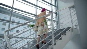 Η ηλικιωμένη κυρία περπατά επάνω τα σκαλοπάτια φιλμ μικρού μήκους