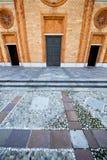 Η ηλιόλουστη ημέρα μωσαϊκών της Ιταλίας Vergiate αυξήθηκε παράθυρο Στοκ φωτογραφία με δικαίωμα ελεύθερης χρήσης