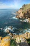 Η θάλασσα γύρω από τους απότομους βράχους τελών εδάφους ` s, Κορνουάλλη Στοκ Εικόνες