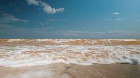 Η θάλασσα είναι θυελλώδης και έχει ένα χρώμα αργίλου Όμορφος ουρανός πέρα από τη θάλασσα Azov απόθεμα βίντεο