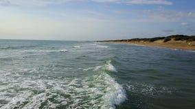 Η θάλασσα είναι σε επαφή με το έδαφος στο οποίο βρίσκεται τα τροχόσπιτα Εναέρια έρευνα απόθεμα βίντεο
