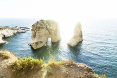Η θάλασσα και οι απότομοι βράχοι γύρω από το περιστέρι λικνίζουν με το φως του ήλιου backlight, Βηρυττός, Λίβανος Στοκ φωτογραφία με δικαίωμα ελεύθερης χρήσης