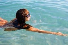 η θάλασσα κοριτσιών κολυμπά Στοκ Εικόνα