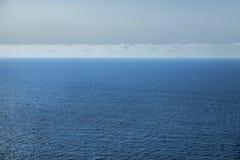 Η θάλασσα, ο ουρανός με τα σύννεφα και η σκιαγραφία του σκάφους Στοκ εικόνες με δικαίωμα ελεύθερης χρήσης