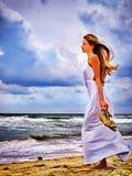Η θάλασσα θερινών κοριτσιών κοιτάζει στο νερό Στοκ Εικόνες