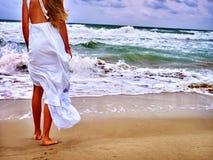 Η θάλασσα θερινών κοριτσιών πηγαίνει στο νερό Στοκ φωτογραφία με δικαίωμα ελεύθερης χρήσης