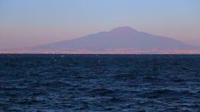 Η θάλασσα και η άποψη του Βεζουβίου απόθεμα βίντεο