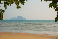 Η θάλασσα και ο βράχος στην απόσταση Krabi, AO Nang, Ταϊλάνδη Στοκ εικόνες με δικαίωμα ελεύθερης χρήσης