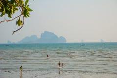 Η θάλασσα και ο βράχος στην απόσταση Krabi, AO Nang, Ταϊλάνδη Στοκ Εικόνες