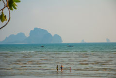 Η θάλασσα και ο βράχος στην απόσταση Krabi, AO Nang, Ταϊλάνδη Στοκ φωτογραφία με δικαίωμα ελεύθερης χρήσης