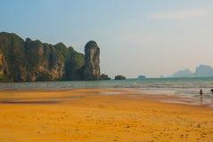 Η θάλασσα και τα βουνά στην απόσταση Krabi, AO Nang, Ταϊλάνδη Στοκ Φωτογραφίες