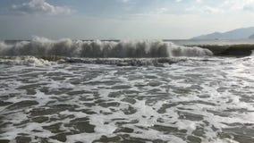 Η θάλασσα και τα πλησιάζοντας κύματα απόθεμα βίντεο