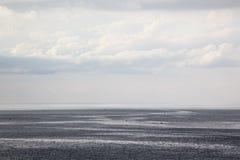 Η θάλασσα και τα σύννεφα μια θερινή ημέρα αερακιού Στοκ Φωτογραφία