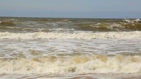 Η θάλασσα μαίνεται Τα μεγάλα κύματα έρχονται στην παραλία απόθεμα βίντεο