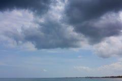 Η θάλασσα, μια στενή λουρίδα του εδάφους ορίζοντας ουρανός Στοκ Εικόνες