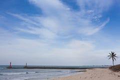 Η θάλασσα, μια στενή λουρίδα του εδάφους ορίζοντας Το κανάλι θάλασσας Φάρος Στοκ εικόνα με δικαίωμα ελεύθερης χρήσης