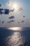 Η θάλασσα, ο ήλιος, τα σύννεφα και ο ουρανός Στοκ Φωτογραφίες