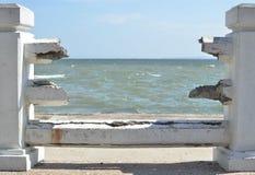 Η θάλασσα στο σπασμένο φράκτη Στοκ Εικόνα