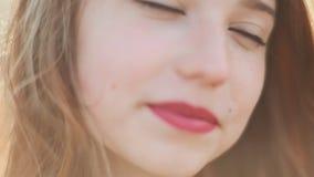 Η θέα του κοκκινομάλλους κοριτσιού με ένα χαμόγελο στο πρόσωπό της Τρίχωμα στον αέρα Κινηματογράφηση σε πρώτο πλάνο απόθεμα βίντεο