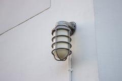 Η θέση λαμπτήρων μακριά στον τοίχο στοκ εικόνα
