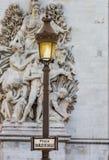 Η θέση λαμπτήρων στέκεται πριν από το τόξο de Triomphe στη θέση de Charles de gaulle-Παρίσι Γαλλία Στοκ εικόνα με δικαίωμα ελεύθερης χρήσης