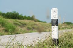 Η θέση οδηγών είναι ευθεία ο δρόμος προειδοποιεί τους χρήστες αυτοκινήτων για να χρησιμοποιήσει το ρ στοκ φωτογραφία